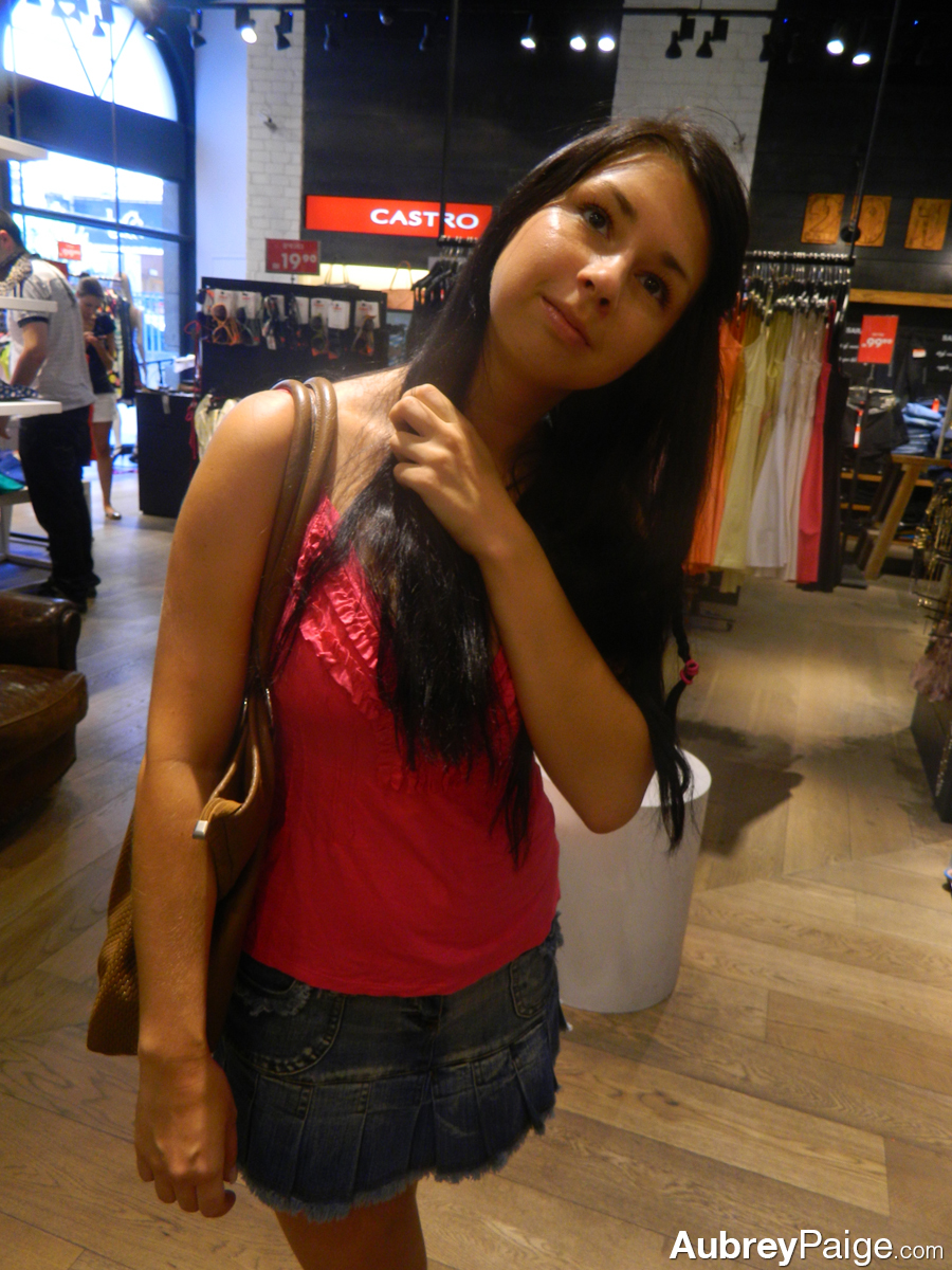 Shopping Candids - Picture 4